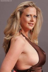 Barbara Schönebergers Brust von der Seite