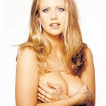 Barbara Schöneberger oben ohne mit den Händen vor Ihren Brüsten
