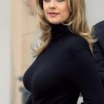 Barbara Schöneberger im schwarzen Kleid mit sich deutlich abzeichnenten Brüsten