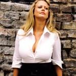 Barbara Schöneberger mit offener Bluse und prallen Titten