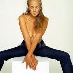 Barbara Schöneberger oben ohne und mit gespreizten Beinen