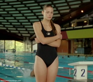 Laura Berlin in einem schwarzen Badeanzug