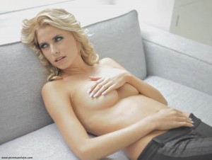 Lena Gercke oben ohne mit einer Hand auf ihren Titten