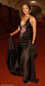 Milka Loff Fernandes im schwarzen Kleid mit sexy Ausschnitt