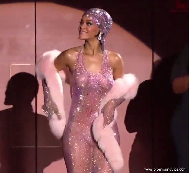 Rihanna oben ohne mit nackten Brüsten im durchsichtigem Kleid