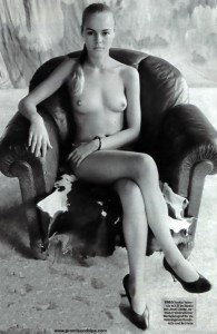 Saskia Valencia nackt auf einem Ledersessel