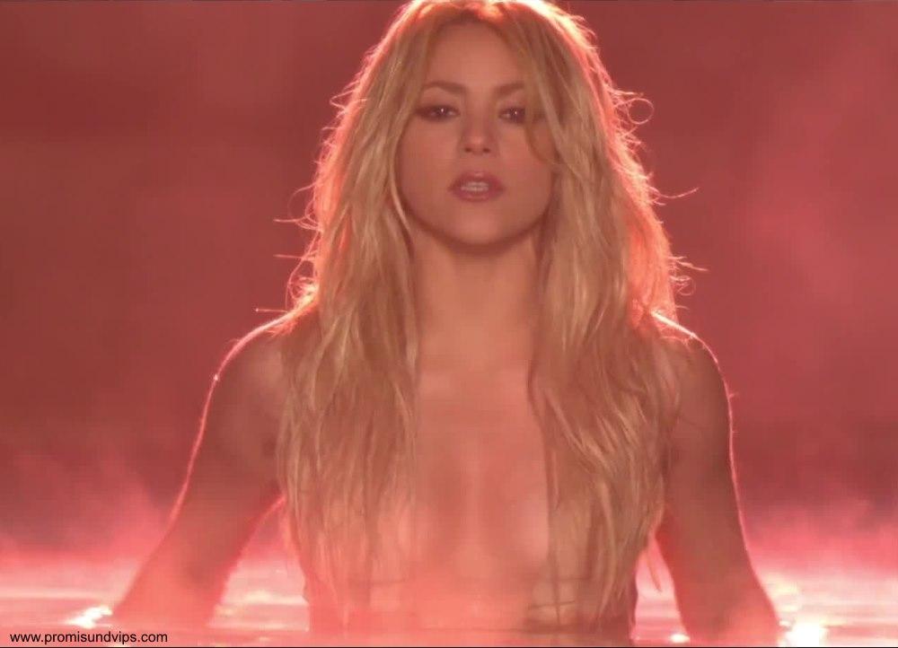 Shakira oben ohne nur mit ihren langen Haaren über den Brüsten