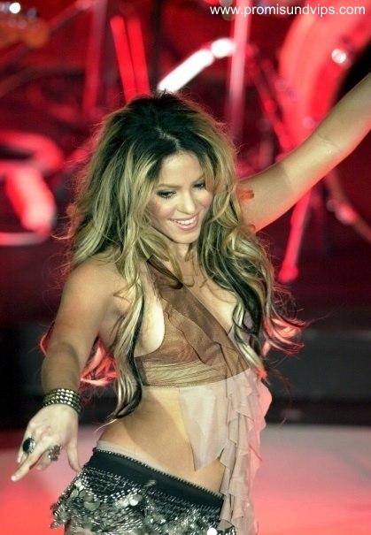 Shakira im transparentem Oberteil mit Blick auf die Brust