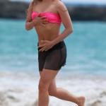 Shakira im knappen pinken Bikinioberteil