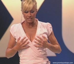 Sonja Zietlow greift sich an die Titten