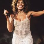 Tina Turner mit Blick auf ihre Titten und Nippel