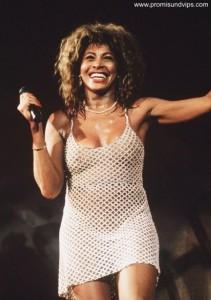 Tina Turner in einem Netzkleid